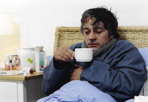 Nicht jedes Erkältungsmittel hält, was es verspricht. Auch Hausmittel können helfen. Wenn es Medikamente sein sollen, dann ist es besser, gezielt einzelne Symptome zu bekämpfen. (Foto: ratiopharm)