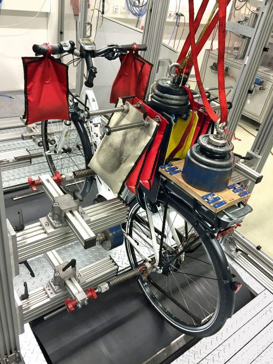 Auf dem Prüfstand ersetzen Gewichte den Fahrer und das Gepäck. (Foto: Stiftung Warentest)