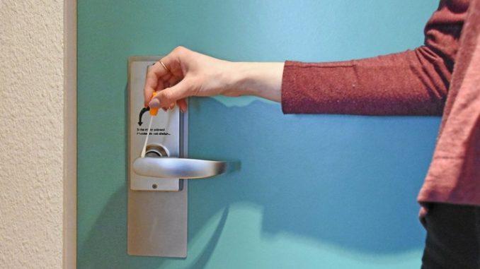 Gefährliche Bakterien an der Hotelzimmer-Türklinke? Der Hygienetest im Labor offenbarte teils alarmierende Ergebnisse. (Foto: Testbild)